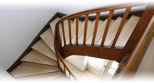 Nowoczesne schody drewniane – najważniesze etapy realizacji